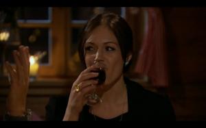 Des drinking wine